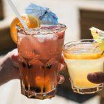Aprende a preparar 3 tragos para disfrutar en tu día de playa